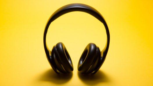 Kopfhörer auf gelbem Hintergrund
